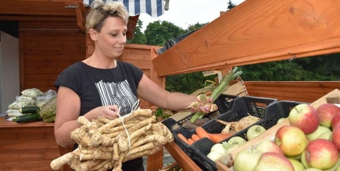 W sklepiku warzywnym w Przysieku, koło Torunia, w minionym tygodniu pietruszka (korzeń) kosztowała 16 zł/kg. Na zdjęciu Dorota Banaszek prezentuje także