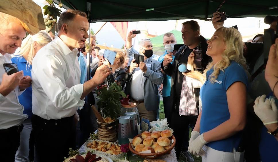 Film do artykułu: Wybory 2020. Prezydent Andrzej Duda odwiedził woj. podlaskie. W Tykocinie spotkał się z mieszkańcami na pikniku. Wcześniej był w Augustowie