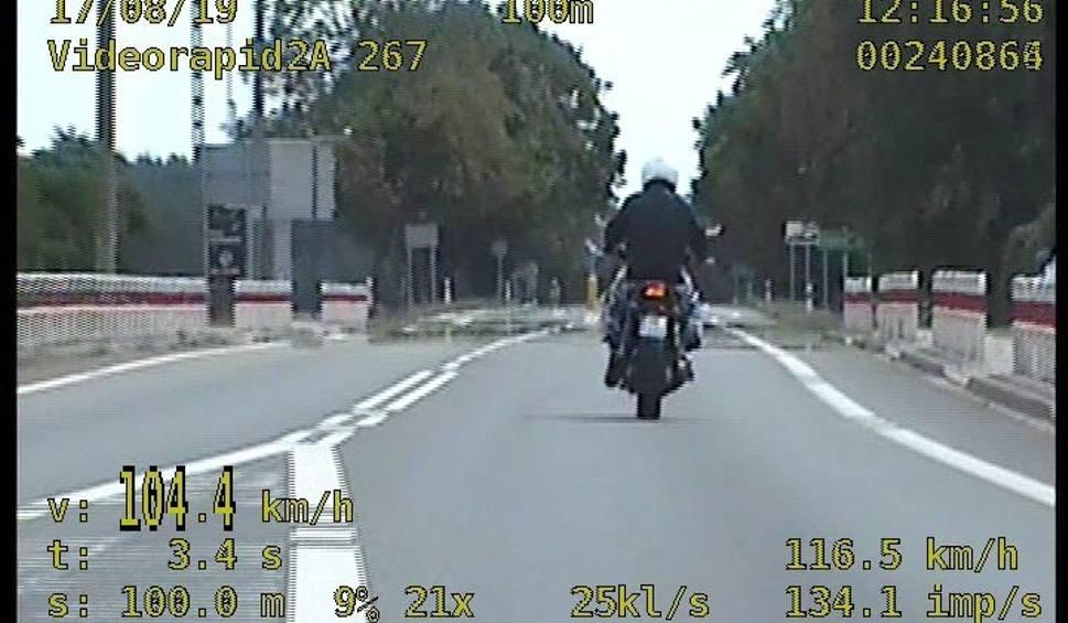 Film do artykułu: Szalona jazda motocyklisty. 34-latek jechał drogą krajową 94 na stojąco, bez trzymania kierownicy i na jednym kole. Przekroczył też prędkość