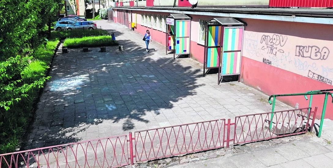 Podwórko przy ul. Wiejskiej 8 w Słupsku od dawna czeka na remont
