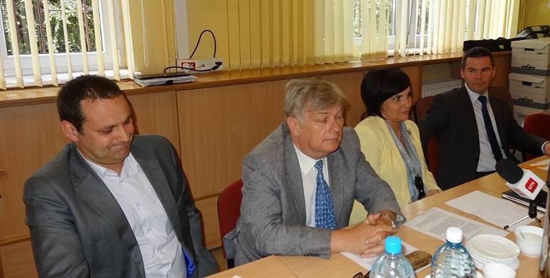 Tadeusz Nawalaniec (pierwszy z lewej) był kolejnym ważnym urzędnikiem, który w przeciągu tygodnia stracił pracę
