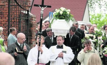 W pogrzebie zamordowanej 11-latki uczestniczyły setki ludzi.