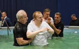 Chrzest świadków Jehowy Na Mtp W Poznaniu Trwa Kongres Zdjęcia
