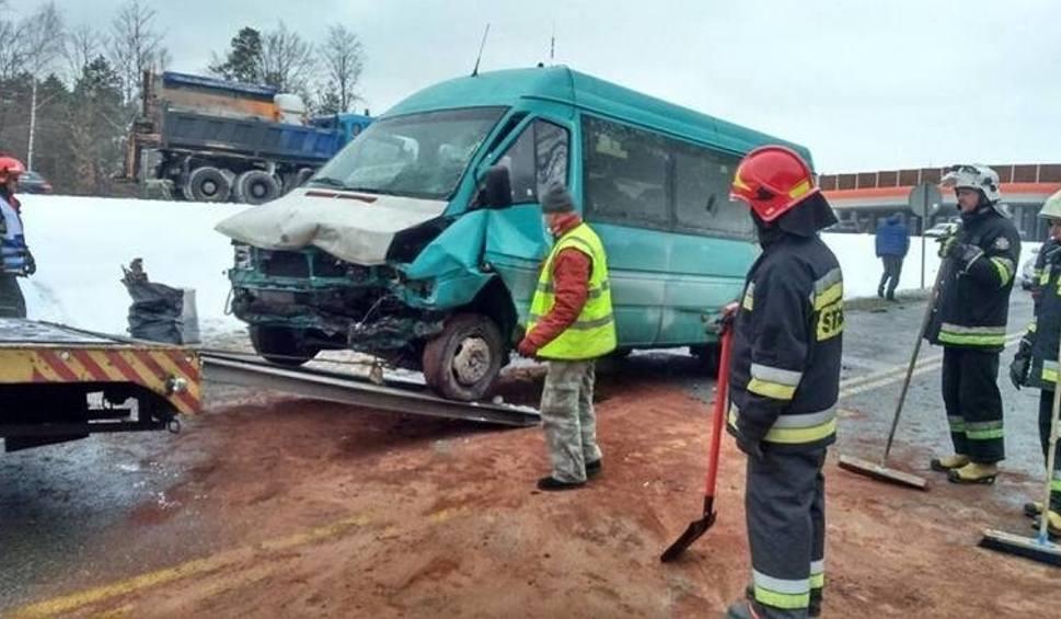 Film do artykułu: Bus jechał do Skarżyska, miał wypadek. 10 osób w szpitalu