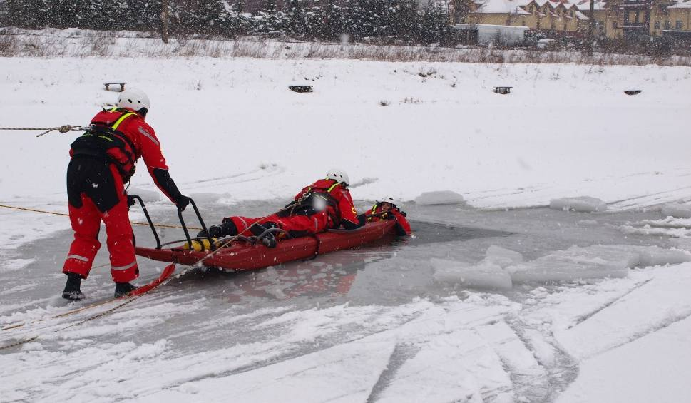 Film do artykułu: Sucha Beskidzka: Strażacy wyciągali spod lodu własnych kolegów [ZDJĘCIA]