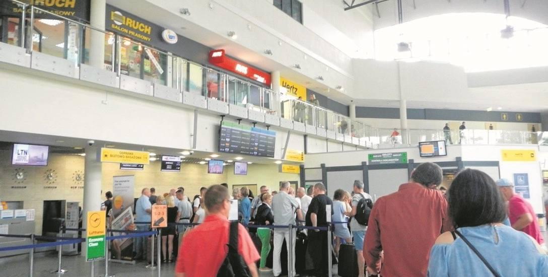 Hala odlotów bydgoskiego portu lotniczego wczoraj przed południem. Tak samo było ostatniej nocy, gdy odprawiono pierwszych pasażerów bezpośredniego lotu