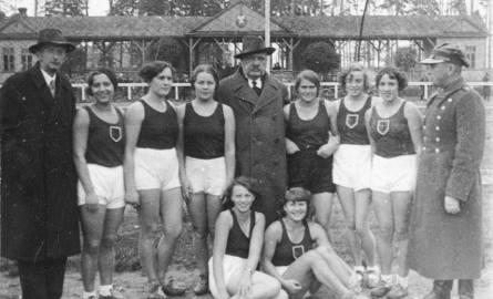 Czołowe zawodniczki Jagiellonii Białystok z lat 30. i działacze klubu na Stadionie Zwierzynieckim. Od lewej  Wanda Kudaszewicz, Janina Naumowicz, Bronowicka,