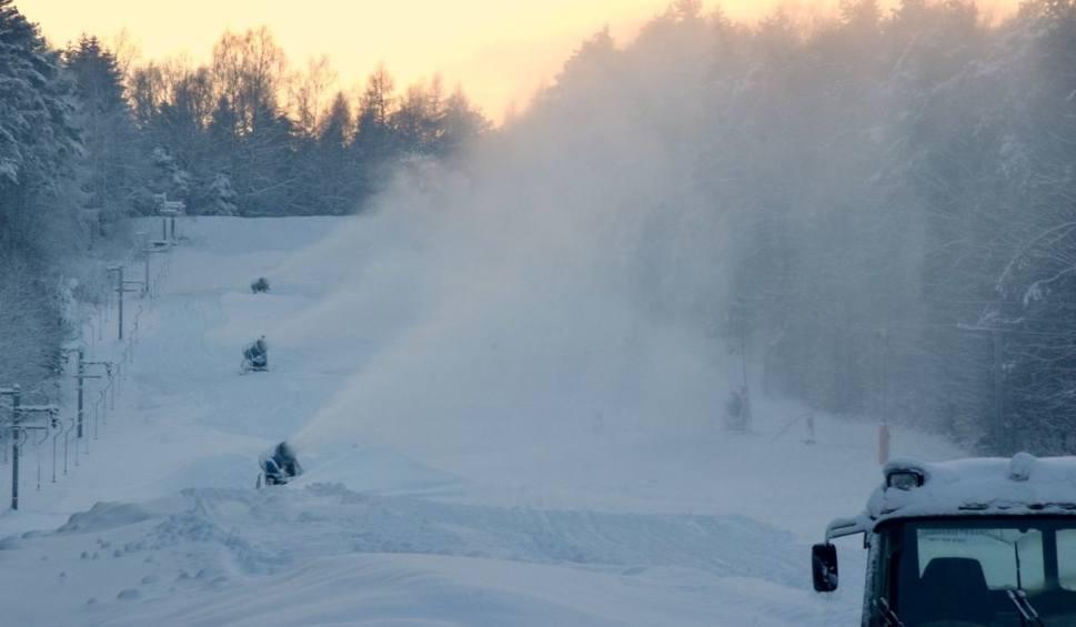 Film do artykułu: Stoki narciarskie w Świętokrzyskiem pełne śniegu. Co zrobią właściciele stacji ? Zobaczcie zdjęcia i film