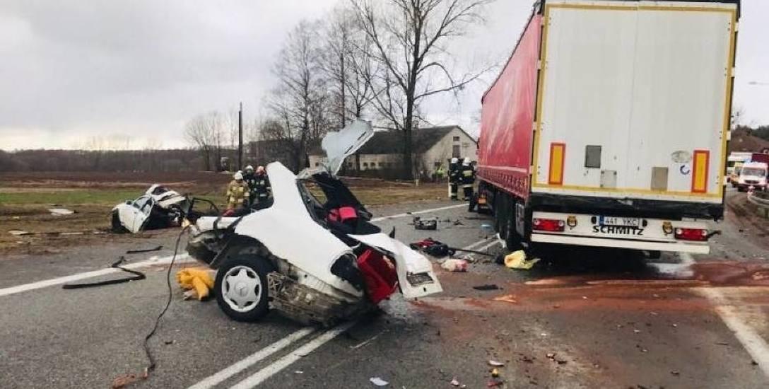 Biały mercedes, którym podróżowało pięciu chłopaków, po zderzeniu z ciężarówką rozpadł się na pół. W czwartek w Dąbrowie Białostockiej odbył się pogrzeb