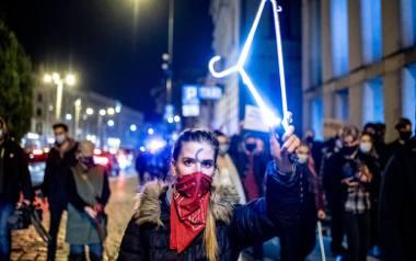 Protest w Poznaniu przeciwko wyrokowi Trybunału Konstytucyjnego, zakazującemu przerywania ciąży ze względu na wady płodu