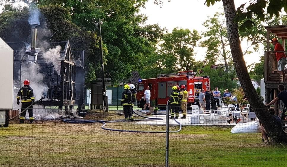 Film do artykułu: Pożar na polu kempingowych w Mielnie. Palą się dwa domki [WIDEO]