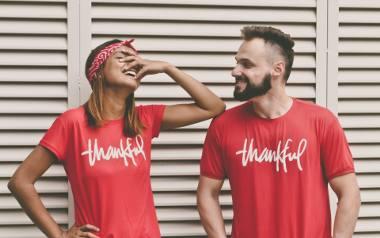 Bluzy dla par oraz takie same koszulki to idealny prezent na walentynki dla niego i dla niej. Odważylibyście się zamanifestować w taki sposób swoją
