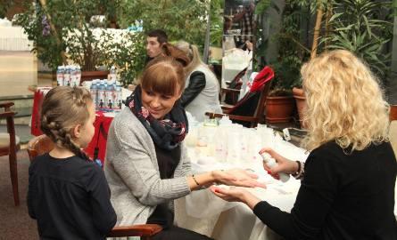 Goście chętnie testowali kosmetyki i korzystali z dużych rabatów.