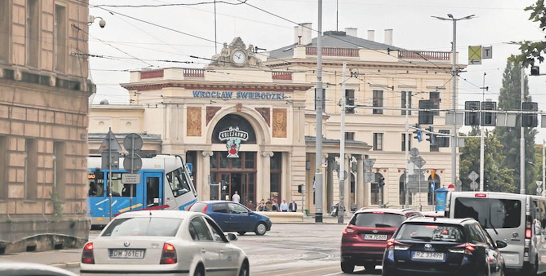 Dworzec Świebodzki ułatwiał przed laty dojazd do pracy i szkół mieszkańcom podwrocławskich miejscowości. Jak będzie kiedyś?