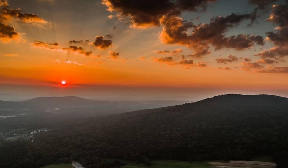 Film do artykułu: Zmienia się historia Gór Świętokrzyskich. Skała Agaty od dziś oficjalnie najwyższym szczytem!