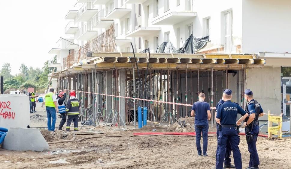 Film do artykułu: Wypadek na budowie przy ul. Sybiraków. Zawalił się strop budynku. Trzech pracowników spadło z piętra (zdjęcia)
