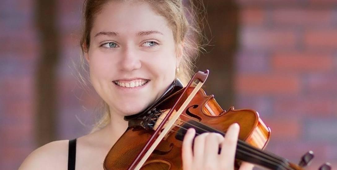 Emilia Szłapa pochodzi z Jaworzna. Oprócz koncertowania oraz udziału w szkoleniach muzycznych uczy się w gimnazjum oraz szkole muzycznej II stopnia