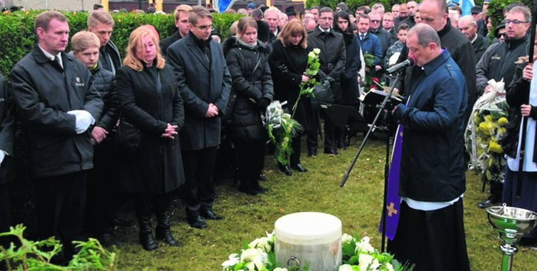 Prochy zmarłego złożono na cmentarzu przy ul. Rudzkiej.