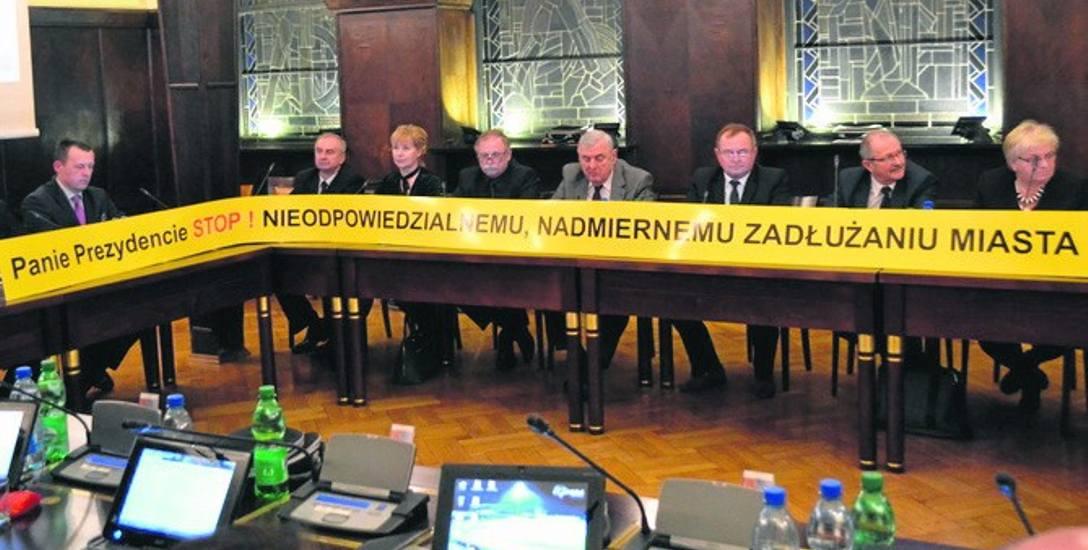 Radni opozycyjni wnieśli transparent na sesję