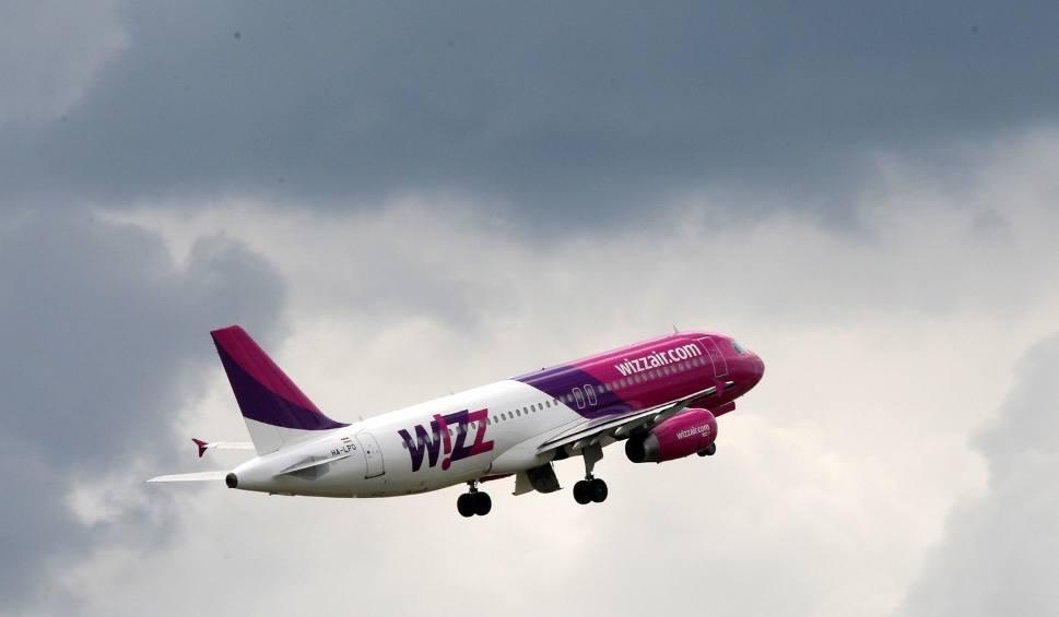 Film do artykułu: Pasażer z Katowic chciał otworzyć drzwi samolotu w czasie lotu. Leciał do Luton