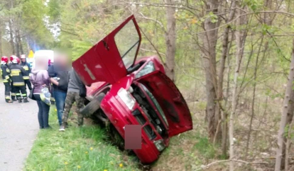 Film do artykułu: Groźny wypadek w gminie Bliżyn. Drzewo spadło na busa, w szpitalu troje pasażerów