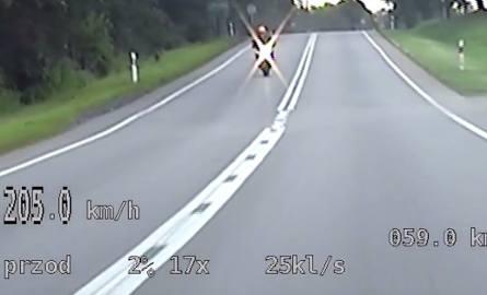 Motocyklista jechał 200 km/h w terenie zabudowanym