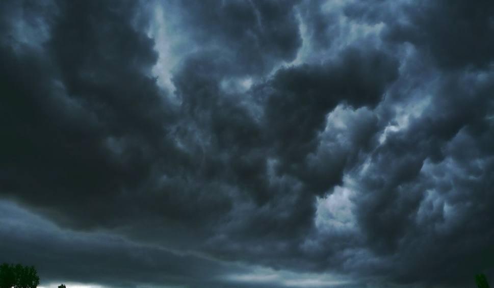 Film do artykułu: Potężna wichura nadciąga nad region radomski. Rządowe Centrum Bezpieczeństwa alarmuje również poprzez SMS. Ostrzegają też Łowcy Burz