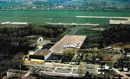 Pierwszy etap budowy międzynarodowego terminalu pasażerskiego w 1992 r.Funkcjonował wówczas jeszcze pawilon dworca lotniczego oddany do użytku w 1966