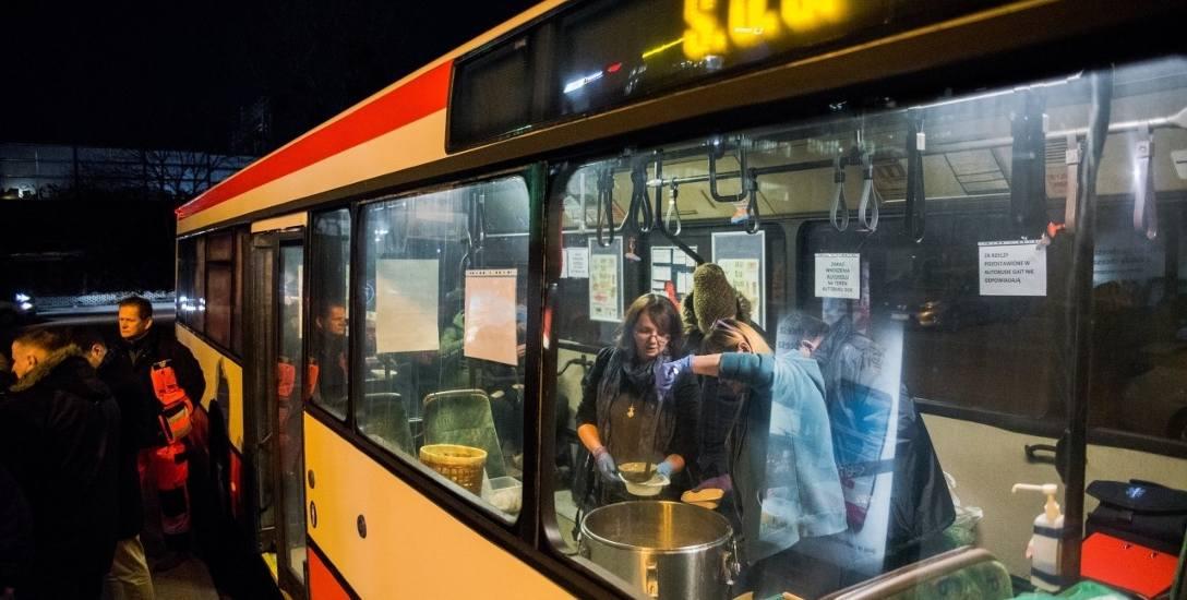 W Gdańsku, autobus SOS wykorzystywany jest po to, żeby gorącym posiłkiem, odzieżą i pomocą specjalistów wspierać osoby bezdomne.