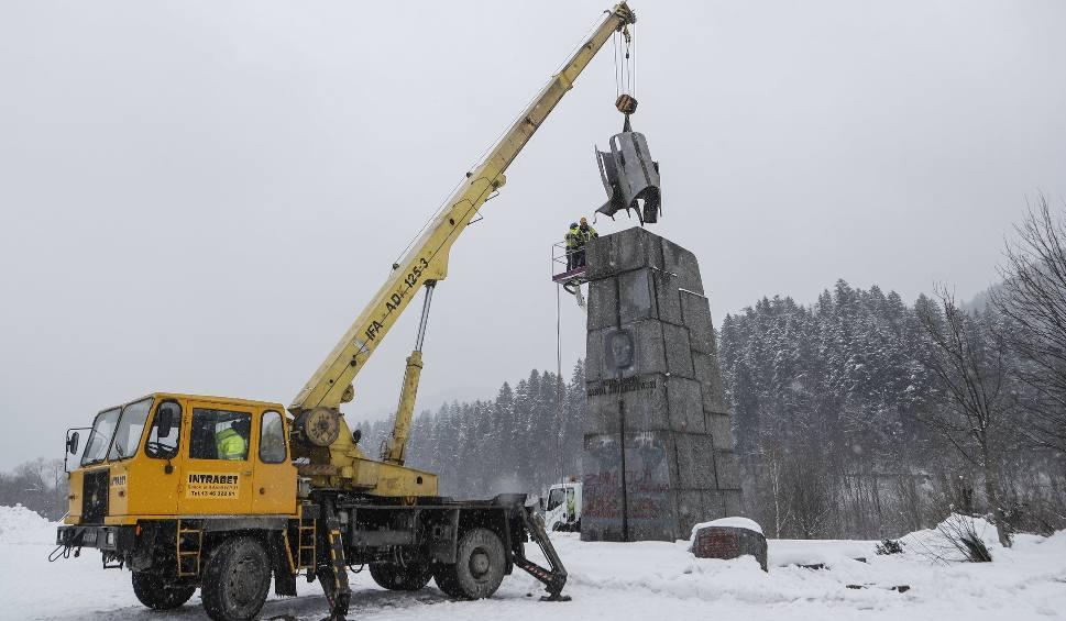 """Film do artykułu: Burzą pomnik generała Karola Świerczewskiego """"Waltera"""" w Jabłonkach w Bieszczadach [ZDJĘCIA, WIDEO]"""