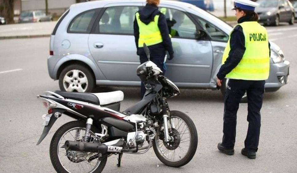 Film do artykułu: 17-letni motorowerzysta zderzył się z samochodem. Jest ranny [ZDJĘCIA]