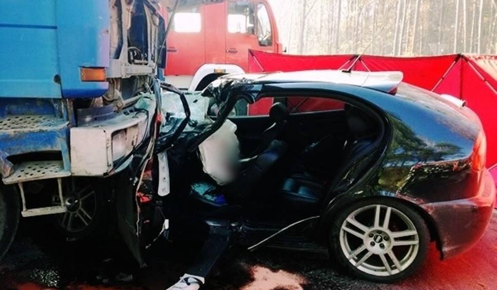 Film do artykułu: Śmiertelny wypadek w Leszczydole Nowinach. Tir zajechał mu drogę, zginął młody policjant