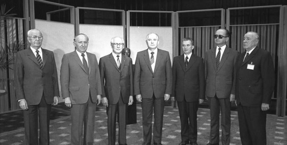 Spotkanie przywódców Układu Warszawskiego w ostatnich latach istnienia bloku (1987 r.). Od lewej stoją: Gustáv Husák, Todor Żiwkow, Erich Honecker, Michaił