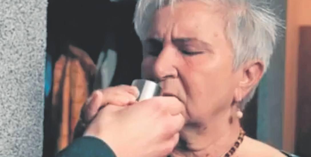 Policja przygotowała krótkie filmy adresowane do seniorów, przestrzegające przed zagrożeniami, jak choćby z udziałem tzw. domokrążców z perfumami, które