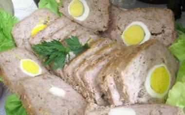 Jaskółcze gniazda, czyli jajka zapieczone w mięsie mielonym.