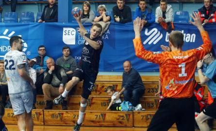 Jakub Radosz podczas meczu Sandra Spa Pogoń Szczecin - KPR Legionowo (25:23).