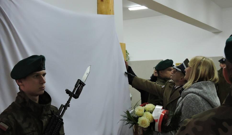 Film do artykułu: Tablica ku czci sierż. Mariusza Deptuły w Myszyńcu odsłonięta. Znajduje się w szkole, do której chodził [ZDJĘCIA, WIDEO]