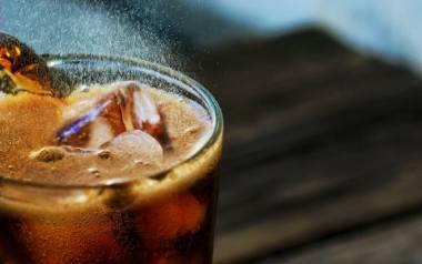 """Domowa cola to przepis, którego wykonanie na pewno przyniesie mnóstwo satysfakcji. Zobacz jak krok po kroku zrobić domowy syrop """"cola"""","""