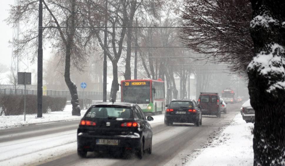 Film do artykułu: Przyszła zima i sypnęła śniegiem. Policja apeluje do kierowców, by zachowali ostrożność na drogach (ZDJĘCIA)