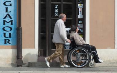 Opiekunowie podzieleni na nierówno traktowane grupy