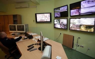Centrala monitoringu w komendzie na ulicy Reymonta w Słupsku. Policjanci mówią, że miejski monitoring nie działa