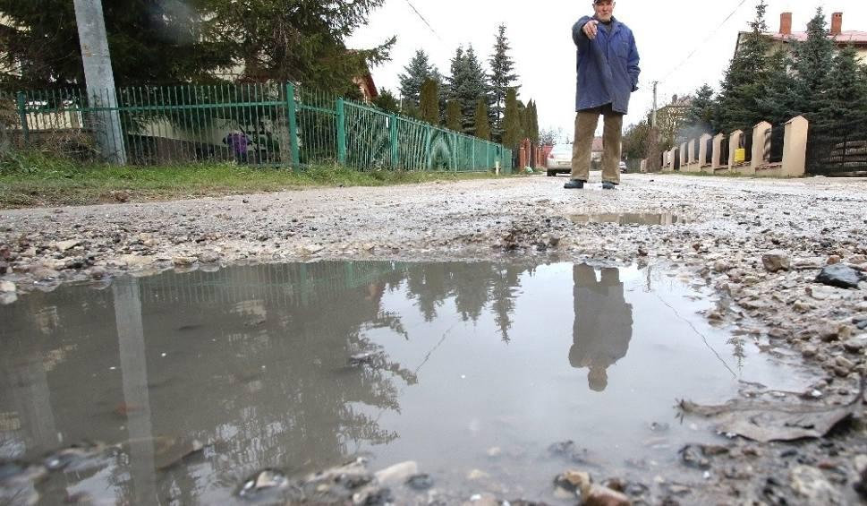 Film do artykułu: Ulica Łanowa w Kielcach po naprawie jest już cała w dziurach