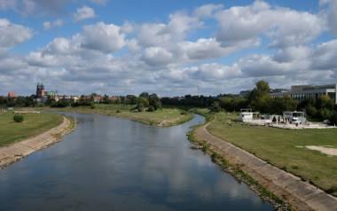 Betonowe umocnienia brzegów rzeki są w kiepskim stanie technicznym. Dlatego postanowion je przebudować. Miasto chciało też wybudować między innymi zatoczki,