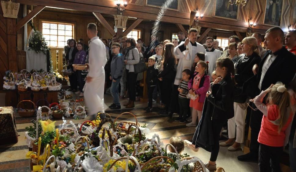 Film do artykułu: Wielka Sobota i święcenie pokarmów. Tłumy wiernych w ostrowieckich kościołach [ZDJĘCIA]