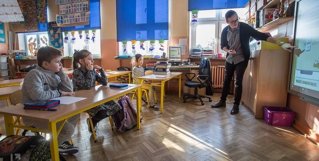 Studenci wspierają dzieci obcokrajowców w nauce języka polskiego