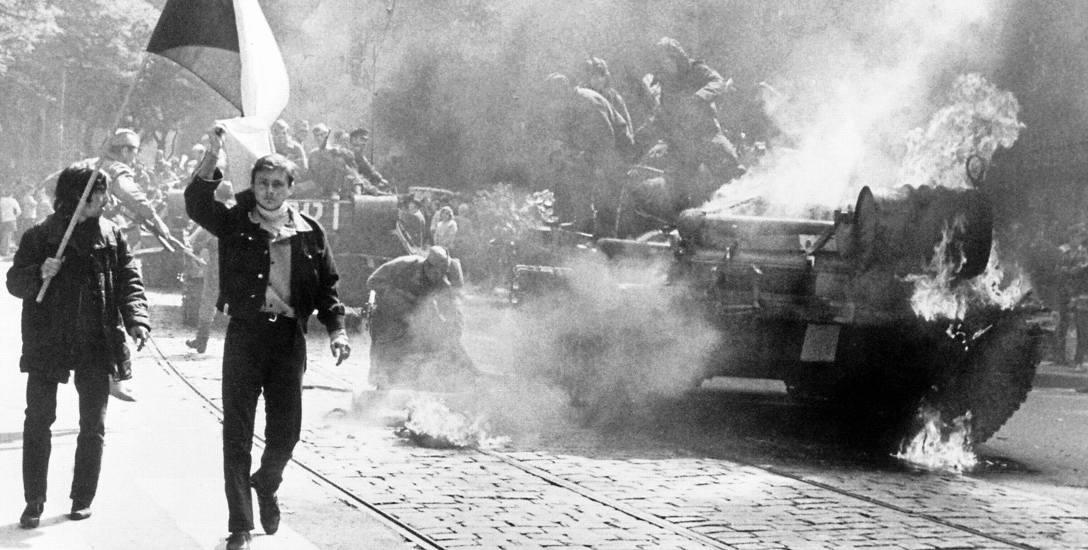 """Charakterystyczny obrazek towarzyszący inwazji wojsk Układu Warszawskiego na Czechosłowację w sierpniu 1968 roku: czołgi obrzucane """"koktajlami Mołotowa"""""""