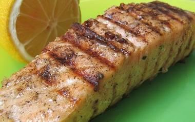 Grillowany łosoś na dwa sposobyTak zgrillowaną rybę można podawać z sosem winegret lub dipem na bazie majonezu i świeżymi ziołami.Składniki:filet z łososia