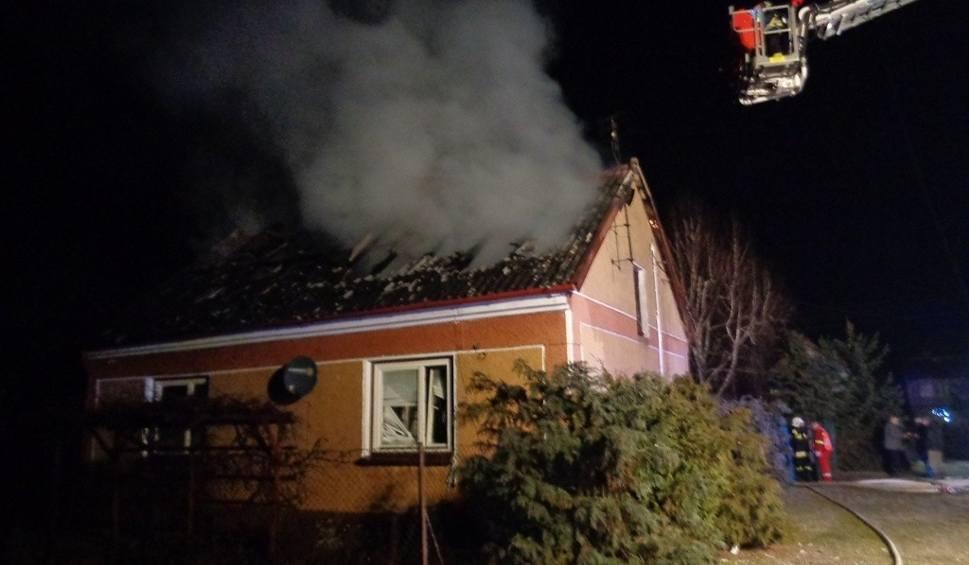 Film do artykułu: Potężny pożar domu w Bogucicach Pierwszych. Zagrożone budynki sąsiadów