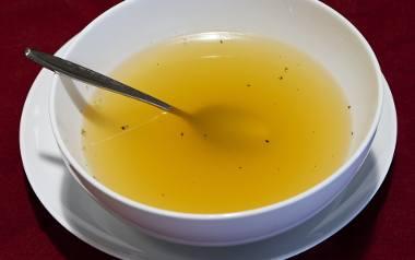 Rosół od wieków uważany jest za zupę o właściwościach leczniczych. Inhaluje drogi oddechowe, rozgrzewa i działa przeciwwirusowo.