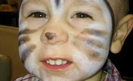 Adaś Pochopien to mały urwis, który lubi jak mama robi mu zdjęcia. Adaś zawsze ładnie pozuje i szczerze  się uśmiecha.
